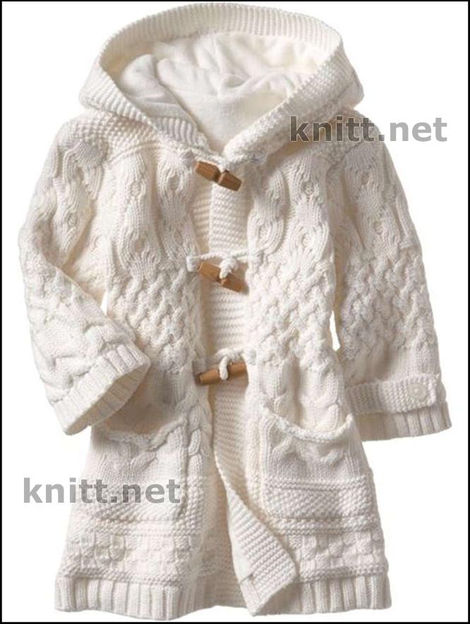 Вязаное детское пальто спицами из полушерсти застегивается на заклепки и украшается помпонами