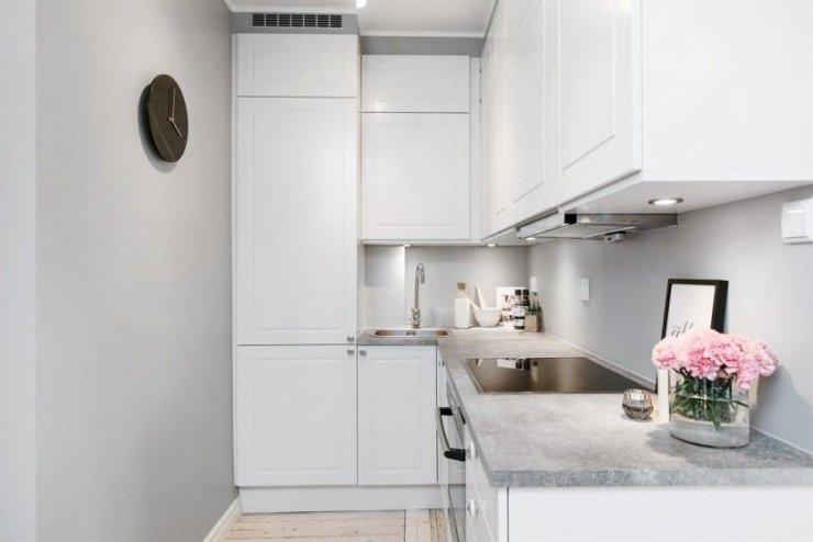 Mała Kuchnia Z Białymi Szafkami I Drewnianą Zdjęcie W Na