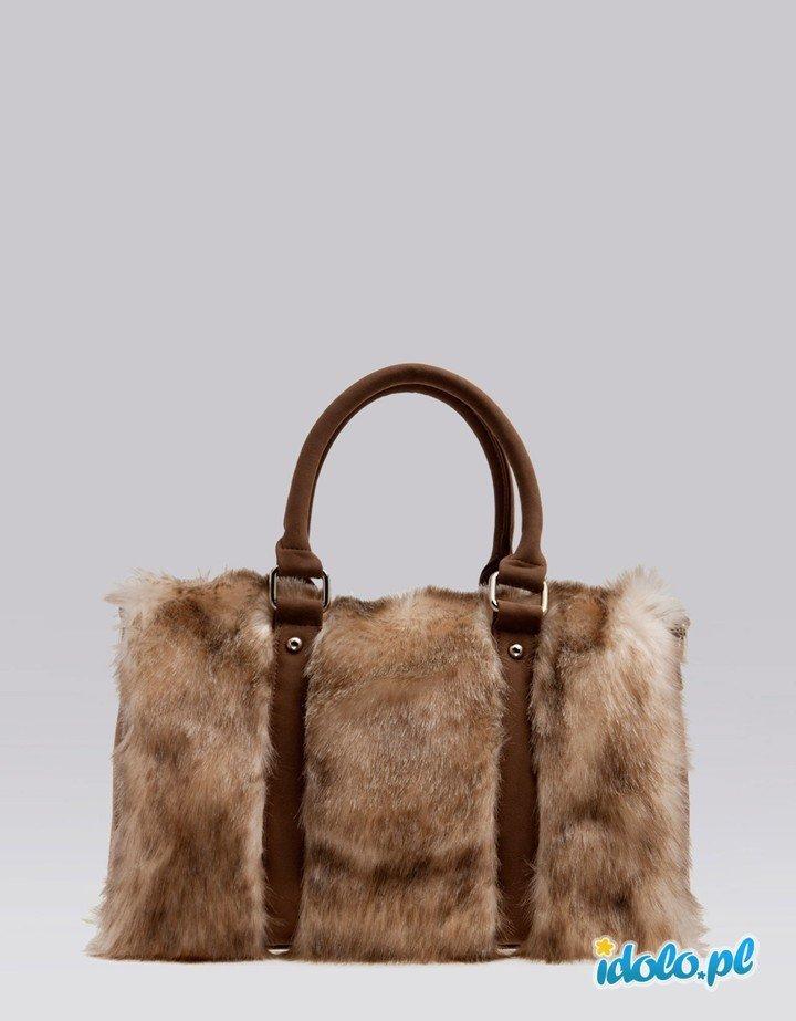 efa32c6dbfc75 torebka Bershka z futerka - torebki na jesień i zimę -… na Stylowi.pl