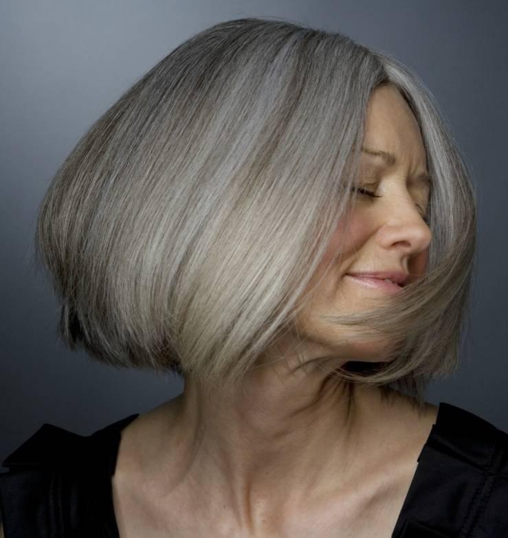 Naturalnie Siwe Włosy Fryzura Dla Dojrzałej Kobiety Bob Na